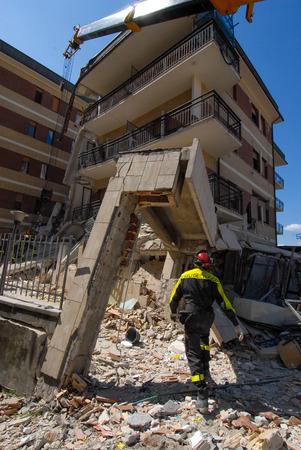 Zerstörtes Hochhaus nach einem Erdbeben