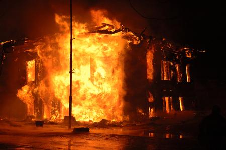 Brennendes Haus in der Dunkelheit